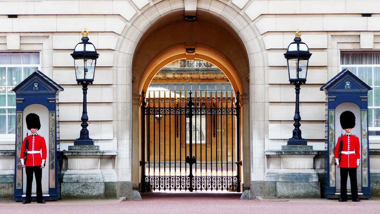 Entrada al Palacio de Buckingham, uno de los lugares más visitados en Londres- Inglatera.