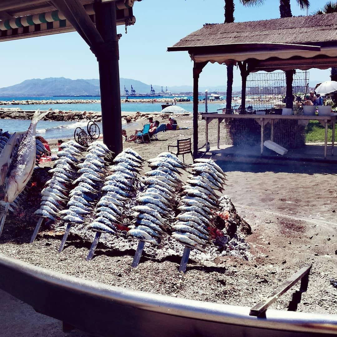 Espetos malagueños preparándose en plena playa de Pedregalejo