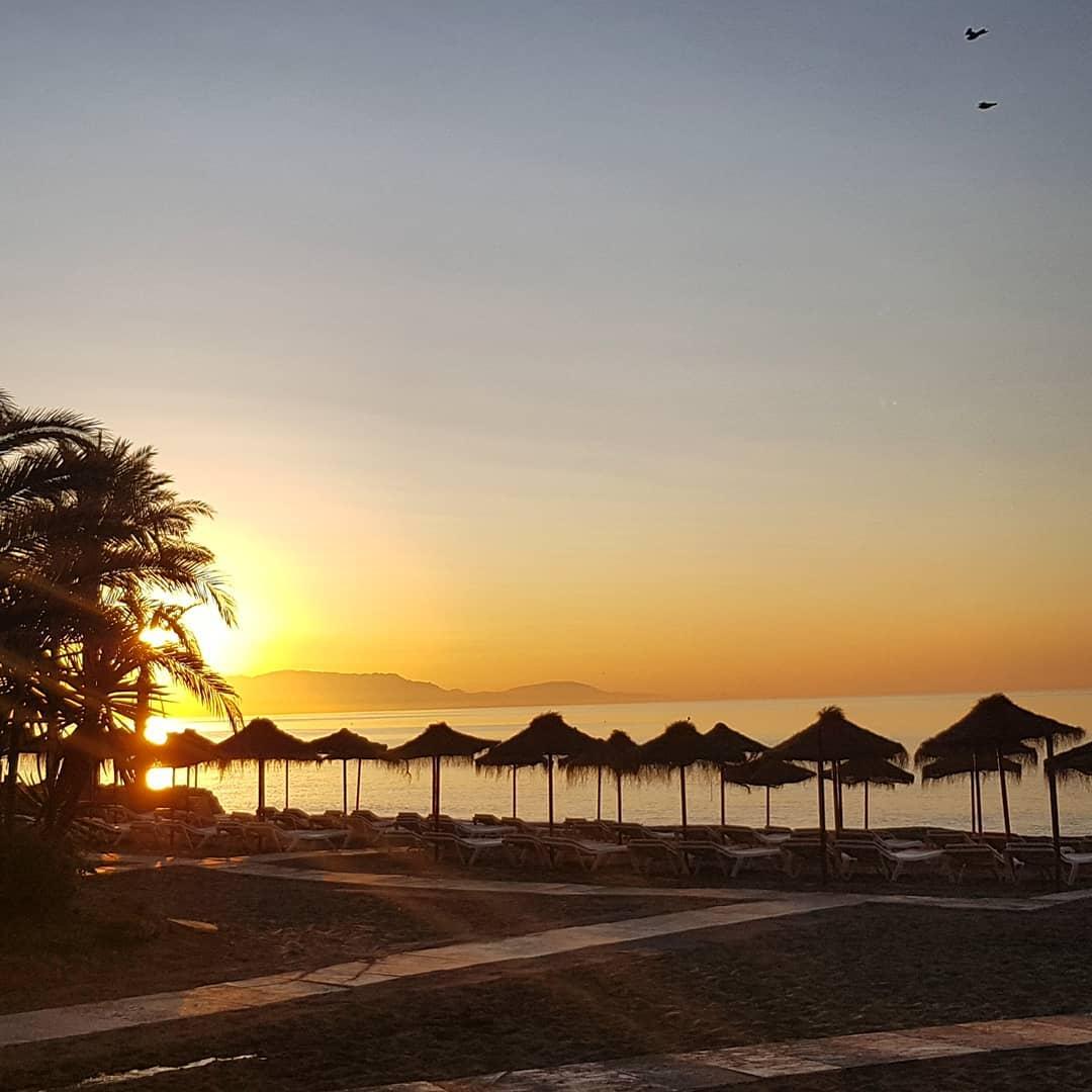 Atardecer en las tumbonas de la playa de Torremolinos