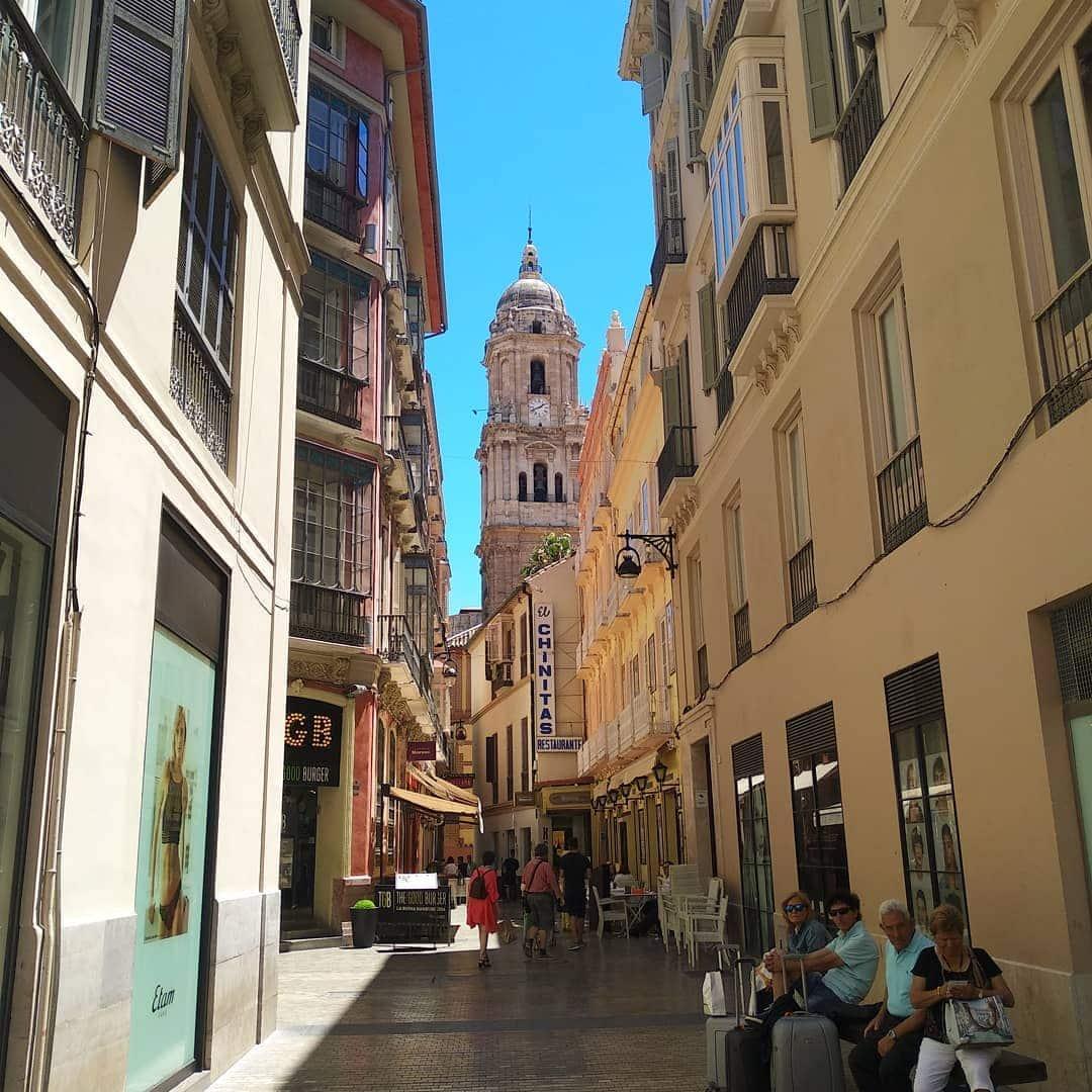 Qué ver en Málaga: El Pasaje de Chinitas, una de las famosas callejuelas malagueñas, con vistas a la Catedral.