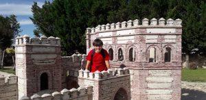 Niño jugando en un castillo
