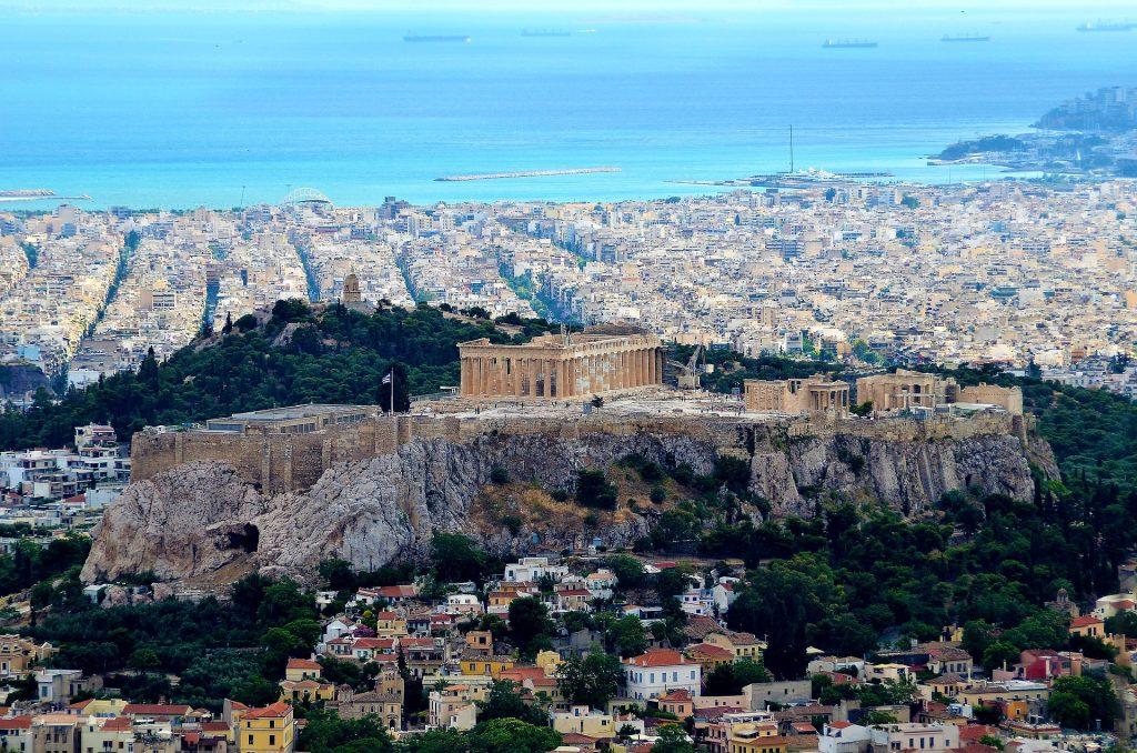 La colina del Likabitos, frente a la Acrópolis de Atenas